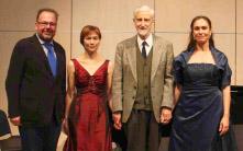 Sie waren die Protagonisten des Liederabends mit Werken britischer Komponisten: (v. l.) Dr. Jörg Riedlbauer, Pianistin Anita Keller, Komponist Derek Healey und Sängerin Saskia Klumpp. SZ-Foto: Gerhard Trüg